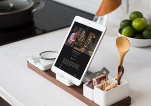 Ein Tablet befindet sich in einer Dockingstation in der Küche